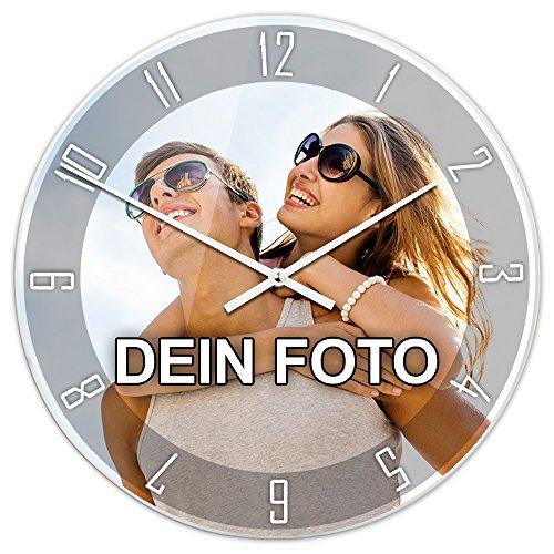 PhotoFancy® - Uhr mit Foto Bedrucken - Fotouhr aus Acrylglas - Wanduhr mit eigenem Motiv selbst gestalten (35 cm rund, Design: Klassisch schwarz/Zeiger: weiß)