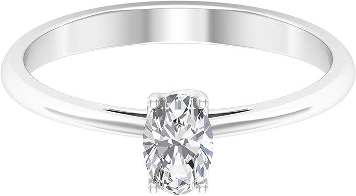 anillo con un diamante corte oval