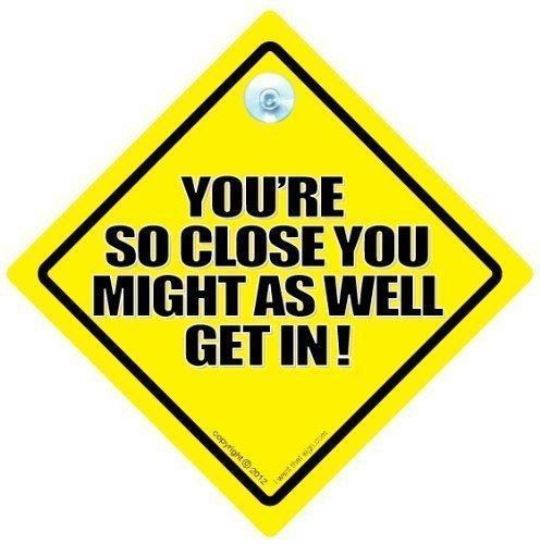 You'Re so Close You Might As Well Get in Auto-Schild, Autoaufkleber, Baby On Board, Verkehrszeichen, Kfz-Schild, Fahrzeug Schild, Aufkleber, Drängler, Straßenschild, Road Rage Zeichen, Spaß Bad