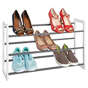 mDesign Zapatero vertical telescópico – Estante metálico extensible hasta 78,7 cm con 3 niveles de almacenaje – Mueble de zapatos para ahorrar espacio – blanco/gris