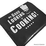 Mr. Good Looking Is Cooking - Kochschürze, lustige Grillschürze für Männer mit verstellbarem Nackenband und Seitenschürze (schwarz) - 3
