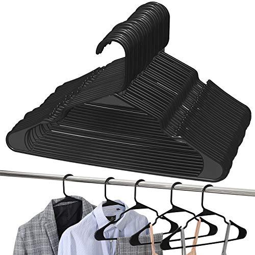 UMI. by Amazon - Gruccia in plastica appendini in plastica, antiscivolo, resistenti e salvaspazio, per cappotti, giacche, vestiti, canottiere e pantaloni, confezione da 24, Nero