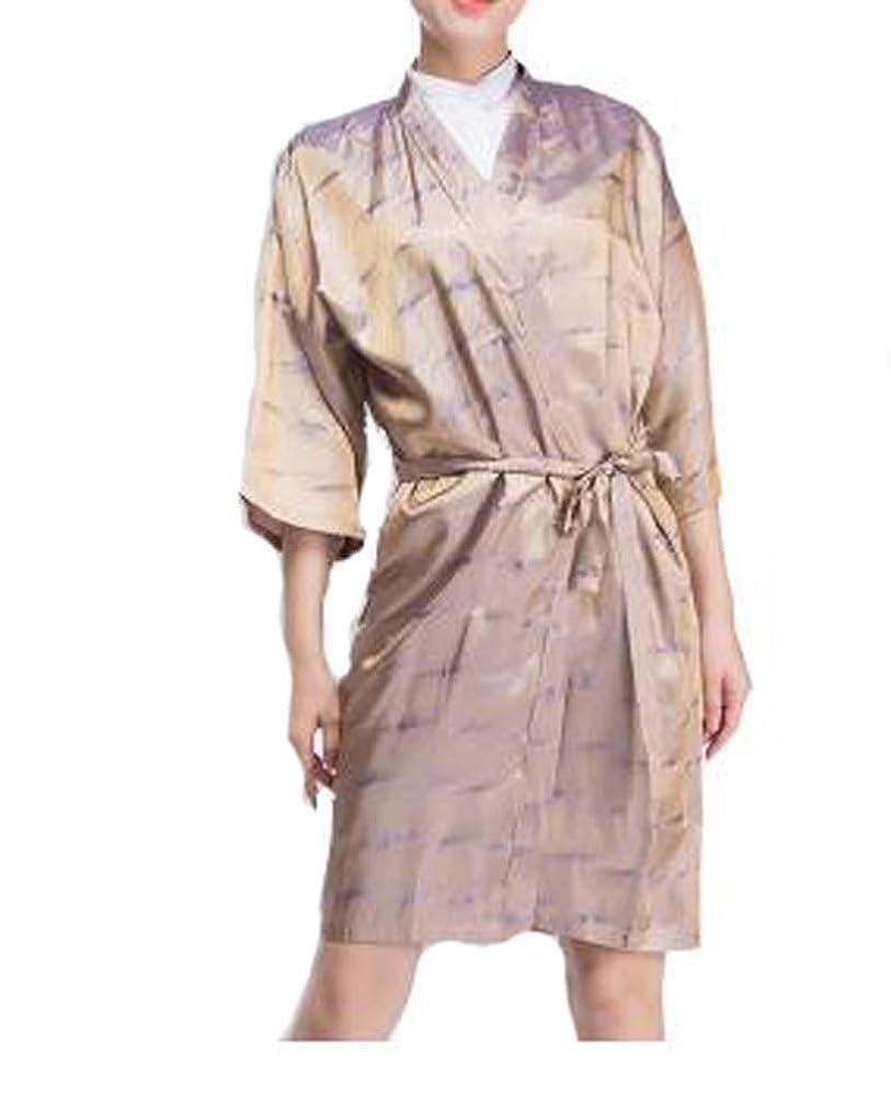 強度の前で軽蔑するサロンクライアントのドレス、クライアント、リップルの上級ローブ美容院のスモック