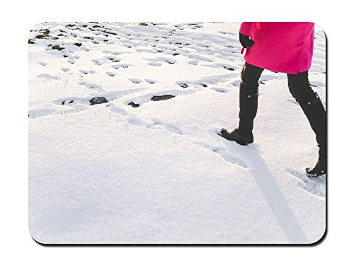 Mujer en negro rodilla alta botas senderismo en nieve–9x 7alfombrilla de ratón