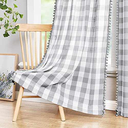 Treatmentex Weiße graue Buffalo Plaid Vorhänge 241,3 cm Pom Pom Vorhänge für Wohnzimmer Vintage Bauernhaus Gingham Karo Küche Vorhänge für Schlafzimmer Keller Fenster Vorhänge 2 Paneele