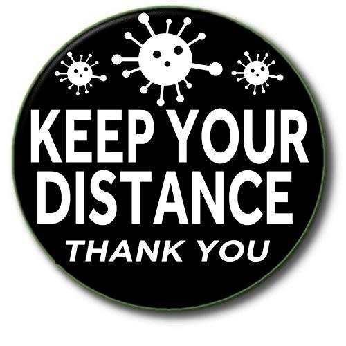 Insignia 'Keep Your Distance' con el texto en inglés 'Keep Your Distance' – PANDEMIC/Coronavirus/Covid-19 ADVERTENCIA – Keep Safe Aid – 55 mm/2.2' de diámetro, color negro