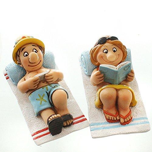 Dio Witziges Urlauberpaar auf Strandtuch mit Buch und Tablett