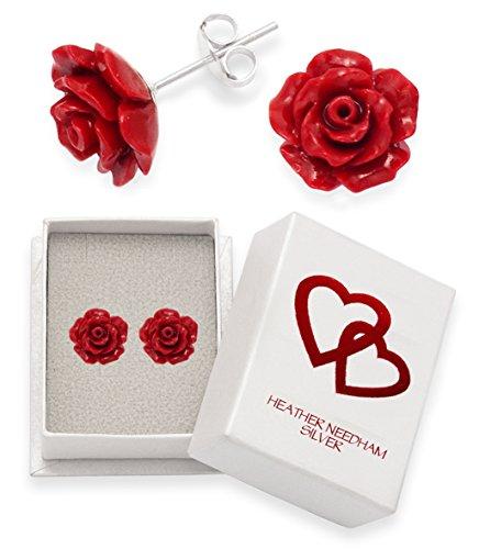 Orecchini in puro argento sterling 925 a forma di rosa rosso. Dimensioni: 10 mm 4651RED 10 mm. Confezione regalo con cuori rossi.