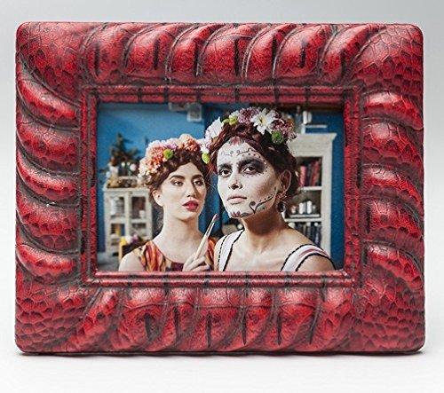 Kare Bilderrahmen Snake Red für Fotos im Format 13 x 18 cm, rot, Schlangenhaut-Design, Maße: 26,7 x 21,7 x 2,6 cm, Material: Kunststoff, Glas, Fotorahmen zum Aufstellen oder Aufhängen