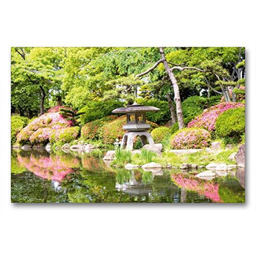 CALVENDO Premium Textil-Leinwand 90 x 60 cm Quer-Format Eine Steinlaterne, die in keinem japanischen Garten fehlen darf in Einer prächtig blühenden Gartenanlage, Leinwanddruck Verlag