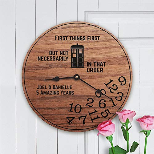 None-brands Dr Who Geschenk, Hochzeit, Paarjubiläum, Zeitmaschine, BBC British, Tardis, individueller Name, Datum, Science Fiction, Tardis Time Clock 30,5 cm