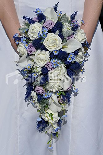 Bouquet da sposa a cascata con rosa avorio, cardo, giglio di calla e margherite di ispirazione scozzese.
