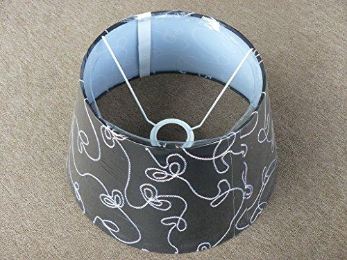 runder, konischer Schirm für größere Tischlampe mit Fassung E27, schwarz mit Schnurapplikationen in weiß