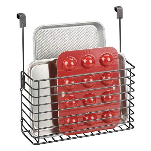 mDesign Mensole per cucina senza fori – Portaoggetti da appendere per tavolette in legno e taglieri – Porta oggetti cucina in metallo da appendere all'anta dell'armadio – grigio