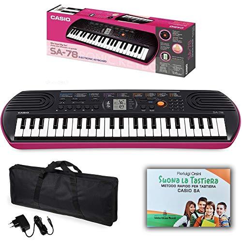 """Kit Pianola Tastiera Casio SA 78 (fondo Rosa) con Borsa (con 2 maniglie), Alimentatore e Metodo Rapido """"Suona la Tastiera"""""""