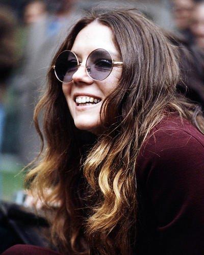 Diana Rigg 14x 11Werbe Foto Smiling Pose tragen Sonnenbrille 1970