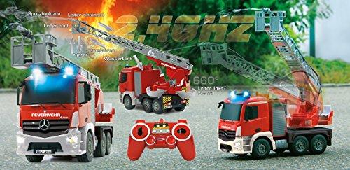 RC Feuerwehr kaufen Feuerwehr Bild 1: Jamara 404960 - Feuerwehr Drehleiter 1:20 Mercedes Antos 2,4G – deutsche Sirene mit blauen LED Signallichtern, 420 ml Wasserbehälter, reale Spritzfunktion, programmierbare Funktionen, 4 Radantrieb*