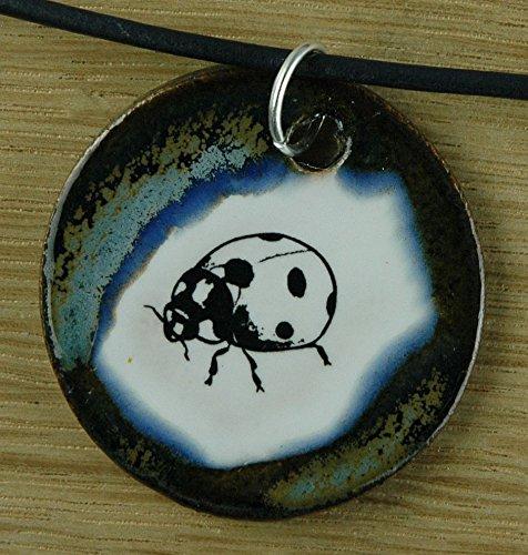 Echtes Kunsthandwerk: Schöner Keramik Anhänger mit einem kleinen Marienkäfer; Käfer, Insekt, Glücksbringer, Frühling, Sommer, Blume