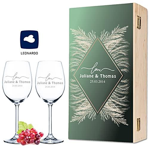Leonardo - Copas de vino con grabado de nombre y fecha en el diseño de Pampas Green Love – como regalo para boda, compromiso o aniversario – Incluye caja de madera vintage impresa