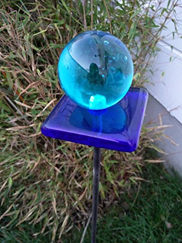 Garteninspiration Gartenstecker aus Glas in blau