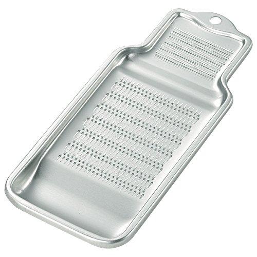 これぞ昔ながらのおろし金!という印象の、アルミ製おろし金。  キッチン収納のスキマに、すっとおさまりそうですね。軽いので、ほかの調理器具とあたっても傷をつける心配もないです◎