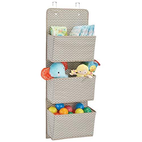 mDesign Estanteria colgante para organizar armarios - Percha para colgar ropa de bebe, peluches y toallas - Organizador de ropa para colgar - 3 bolsillos para mantas, pañales, toallas - topo/natural