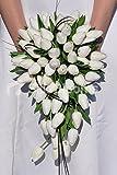 Ramo de Tulipanes holandeses y follaje en Cascada de Novia Blanco clásico 'Fresh Touch'