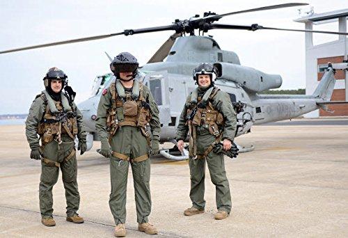 Stocktrek Images – Flight Crew Wearing The redesigned Aircrew Endurance Survival Vest Kunstdruck (86,36 x 55,88 cm)