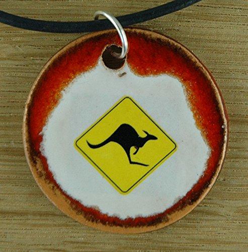 Echtes Kunsthandwerk: Schöner Keramik Anhänger mit einem Känguru Schild; Beutelsäuger, Beuteltier, Australien, Down Under, Fünfter Kontinent