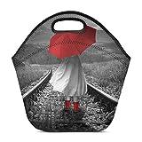 Muchacha divertida del inconformista con un paraguas rojo en pistas Bolsa de almuerzo Bolso de mano Bolso de almuerzo Neopreno aislado Refrigerador de bolsa gourmet Bolsa caliente