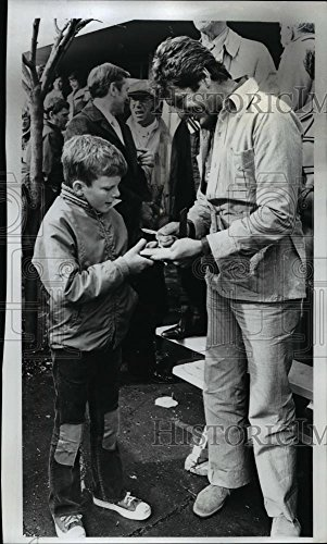 Vintage Photos 1973 Press Photo Hugh O' Brian was seen Signing The Book for Barry People