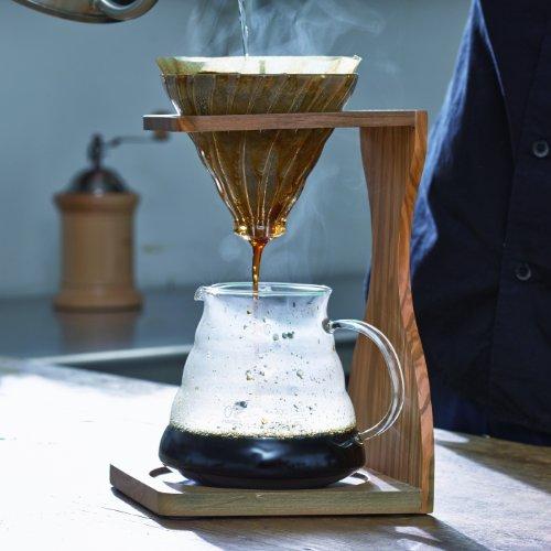 ドリップコーヒーを淹れる前に、サーバー・ドリッパー・コーヒーカップをお湯であらかじめ温めておきましょう。コーヒーは、温度が下がると風味や香りが弱くなってしまう傾向にあります。