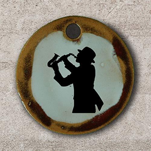 Echtes Kunsthandwerk: Schöner Keramik Anhänger mit einem Saxophonspieler; Saxophon, Jazz, Musikinstrument, Musik, Klassik