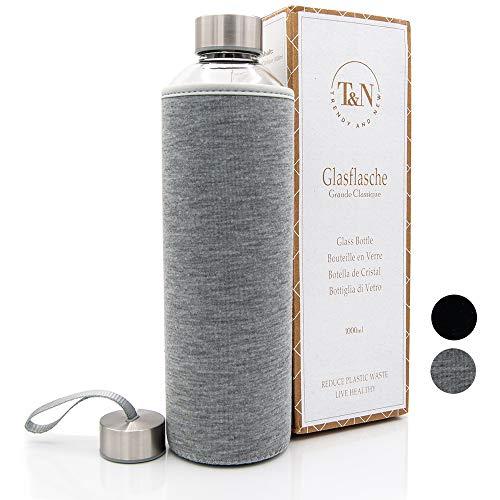 T&N Glasflasche Classique 1 Liter - Neoprenhülle Auslaufsicher - Mit GRATIS Glas Strohhalm zum Testen - Trinkflasche Wasserflasche Glas-Karaffe Wasserkaraffe - 100% BPA frei mit Bürste (Grau)