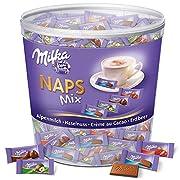 Milka Naps Mix sind kleine, zartschmelzende Schokoladentäfelchen in den Sorten Alpenmilch, Erdbeer, Haselnuss und Crème au Cacao Die Täfelchen (1 x 1kg) mit einem Kakaoanteil von 30 Prozent können andere Nüsse und Weizen enthalten und sollten kühl un...