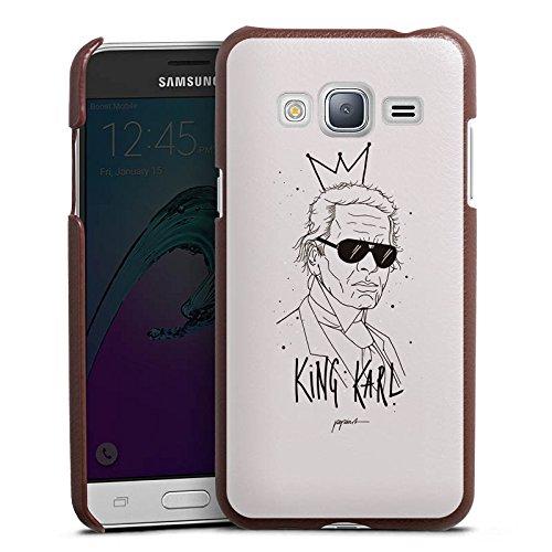 DeinDesign Cover kompatibel mit Samsung Galaxy J3 Duos 2016 Lederhülle braun Leder Hülle Leder Handyhülle Karl Lagerfeld Zeichnung Mode