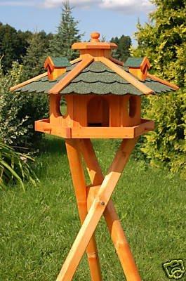 Vogelhaus, Vogelhäuschen behandelt mit Bitumschindeln und drei Gauben mit Ständer, Vogelfutterhaus mit Futtersilo, Silo
