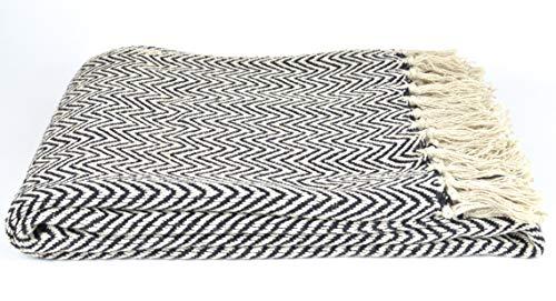 Schmiedegarten Kuschelweiche Baumwolldecke 125x150 cm mit Fransen. Gewebtes Plaid mit Zickzackmuster in schwarz/beige. Wolldecke