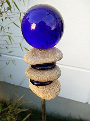 Garteninspiration Gartenstecker mit Steinen und Glas dekoriert