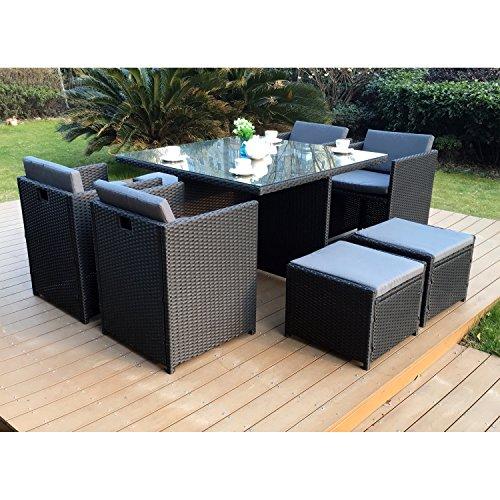 CONCEPT USINE - Salon De Jardin Miami 8 Personnes en Résine Tressée Noir Poly Rotin - 1 Table en Verre - 4 Fauteuils - 4 Poufs - Coussins Gris - Encastrable, Résistant, Imperméable
