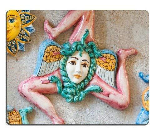 Naturkautschuk-Mauspad Nahaufnahme einiger typischer sizilianischer Keramik-Souvenirs in einer Straße von Castelmola Stain Resistance Kit Küchentischplatte Col
