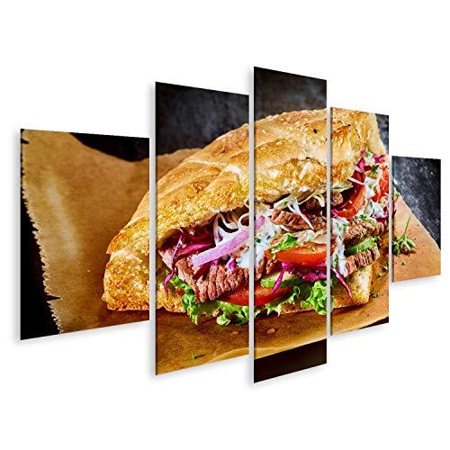 Bild Bilder auf Leinwand Türkischer Döner-Kebab auf goldgeröstetem Pita-Brot gefüllt mit Rotisserie gebratenem Fleisch und frischen Salatzutaten auf braunem Papier serviert Wandbil