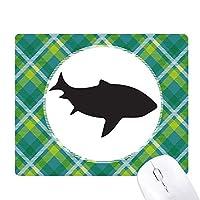 サメは獰猛な魚を合理化する 緑の格子のピクセルゴムのマウスパッド