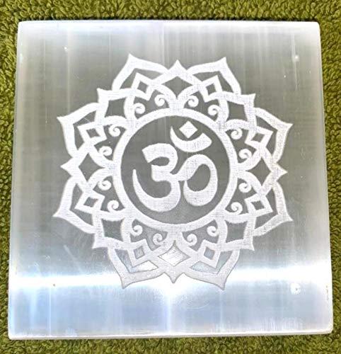 crystalmiracle Selenita 3'Square OM Símbolo Grabado Carga Reiki Placa Curación de cristal FENG Shui Gemstone Energía positiva Bienestar hecho a mano
