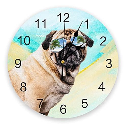 Reloj de pared de animales, relojes de pared silenciosos de PVC de 9,8 pulgadas que no hacen tictac, reloj colgante para cocina, sala de estar, entrada, escuela, oficina, perro pug con gafas de sol en