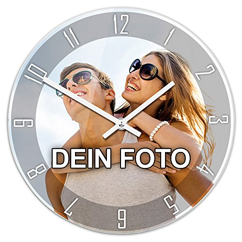 PhotoFancy® - Uhr mit Foto Bedrucken - Fotouhr aus Acrylglas - Wanduhr mit eigenem Motiv selbst gestalten (26 cm rund, Design: Klassisch schwarz/Zeiger: weiß)