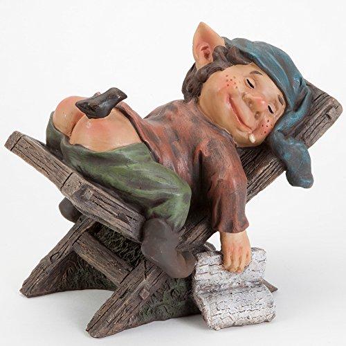 Bits and Pieces - Schlafender Gartenzwerg Skulptur Gartendeko - Zwerg macht Nickerchen auf dem Liegestuhl - Kunstharz Figur für Haus und Garten