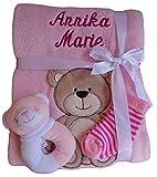 Babydecke mit Namen bestickt Zugabe Babysocken Babyrassel Greifling Baby Taufe (rosa Bär)