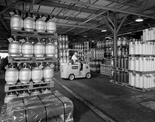 Person Sitting in a Forklift in a Chemical Plant Union Carbide Torrance California USA Poster Drucken (60,96 x 91,44 cm)