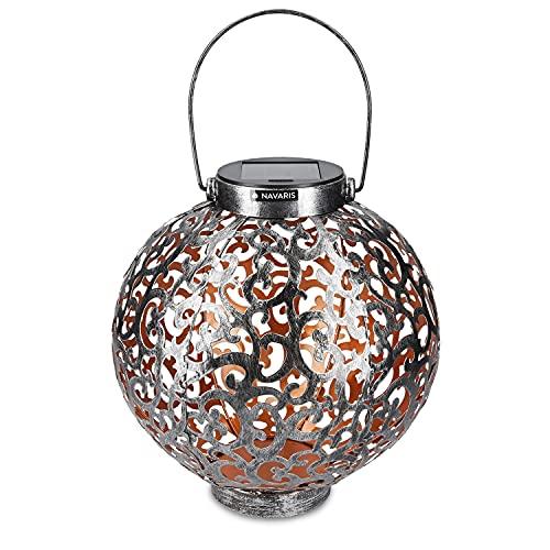 Navaris Metall LED Solarlaterne außen - mit Tragegriff - 21cm - cooler Schatteneffekt - Orientalische Garten Solar Laterne - Gartendeko Lampe Silber